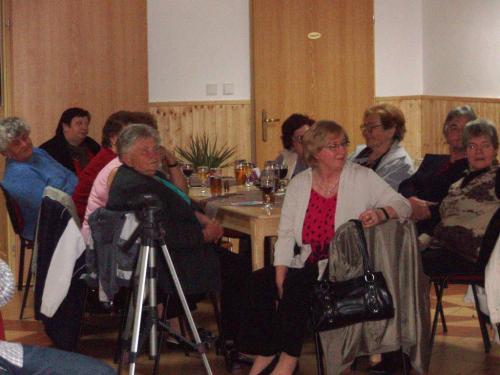 Pozvaní hosté sledují vystoupení dětí